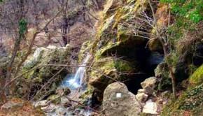 Вход в одну из красных пещер
