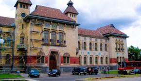 Центральный фасад Полтавского краеведческого музея
